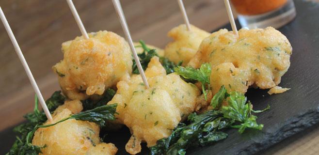 Buñuelos de bacalao con salsa de pimientos asados