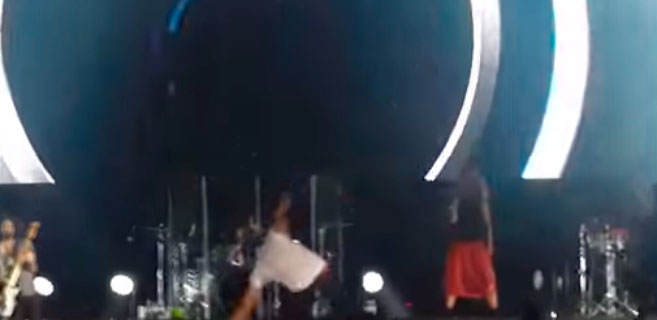 Patinazo de Enrique Iglesias durante un concierto