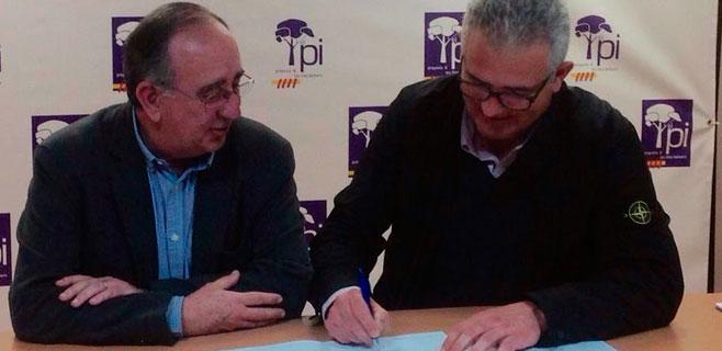 El PI firma el contrato con la familia