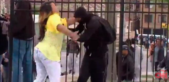 Saca a su hijo a tortazos de las protestas de Baltimore