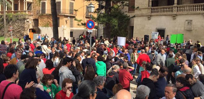 2.000 personas exigen al Govern que mantenga la recepción de 3/24 y C33