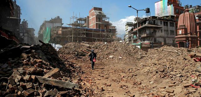 El número de muertos en Nepal podría superar los 10.000