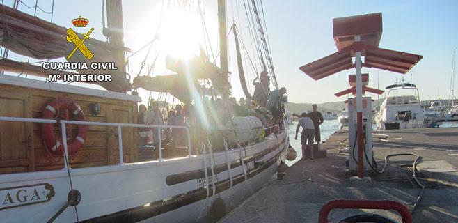 La Guardia Civil denuncia una 'party boat' ilegal en Marina Botafoc