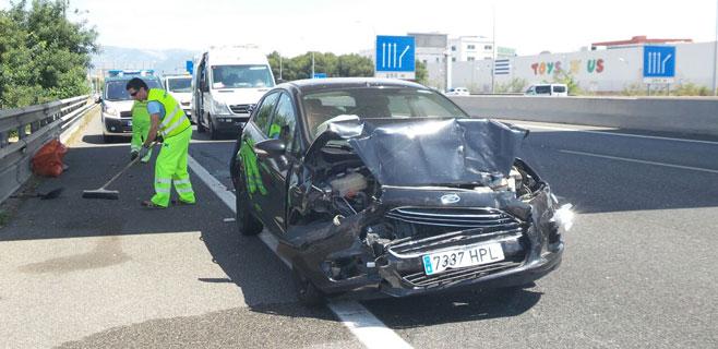 Dos heridos leves en una colisión múltiple entre un camión y dos coches