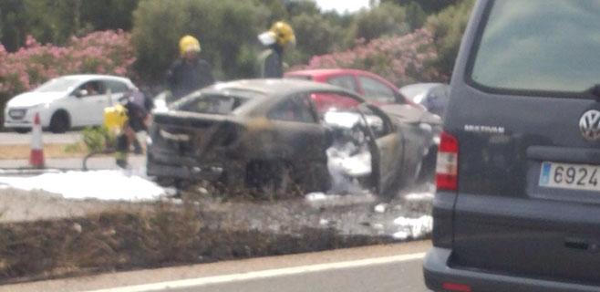 Arde un coche en la autopista del aeropuerto