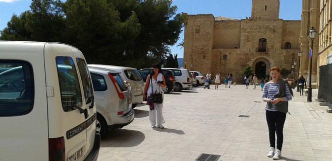 ARCA pide que se prohíba aparcar delante de la Catedral durante el día
