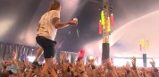 Coge un vaso al vuelo subido sobre los fans de un concierto