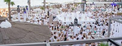 Más de 2.500 personas vestidas de blanco celebran el inicio del verano en Nikki Beach