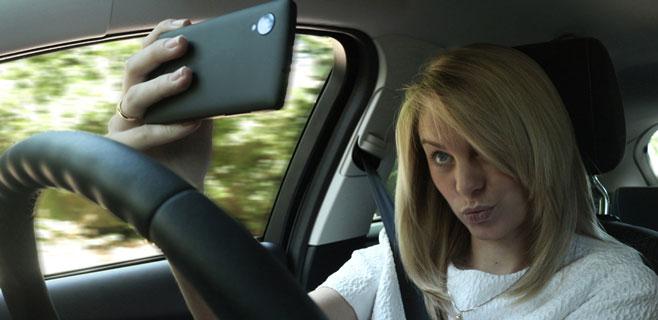El 17% de los conductores se hace selfies al volante