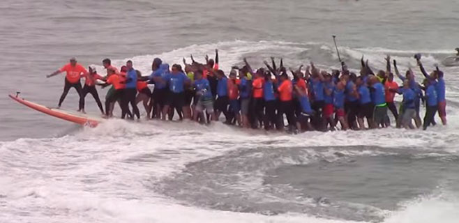 66 personas en una tabla de surf baten el récord Guiness