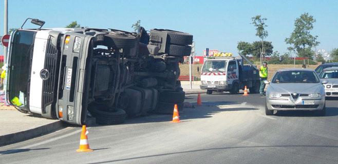 Un camión vuelca en la carretera de Manacor y provoca grandes retenciones