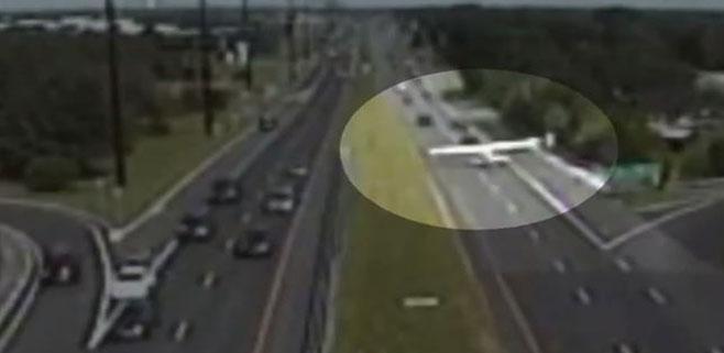 Una avioneta aterriza en una autopista de New Jersey