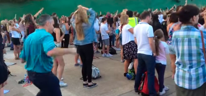 Un padre lo da todo en la pista en un concierto para adolescentes