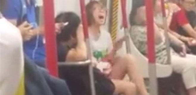 Espectacular berrinche de una joven china al quedarse sin móvil