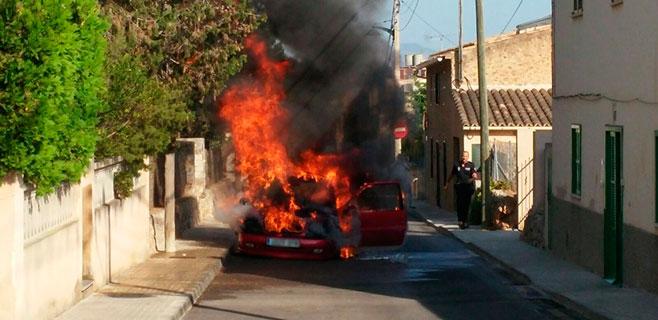 Un coche se pega fuego en Sa Cabaneta