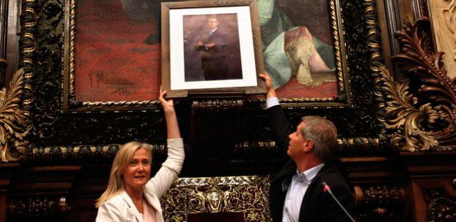 El PP cuelga una foto de Felipe VI y Pisarello la retira