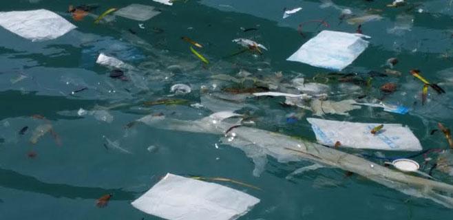 El GOB denuncia la presencia de residuos plásticos en aguas de Cabrera