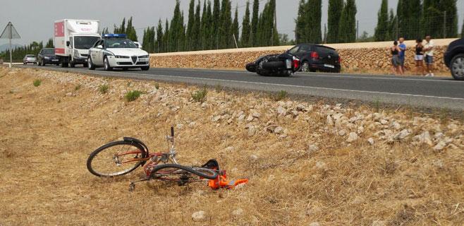 Dos heridos en un accidente entre una moto y una bici en la carretera de Sineu