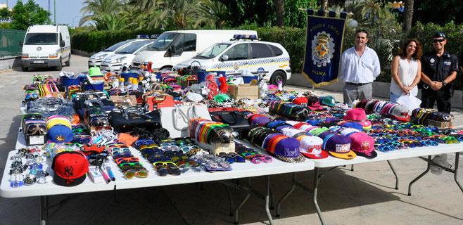 La policía decomisa 3.886 artículos de la venta ambulante en Platja de Palma