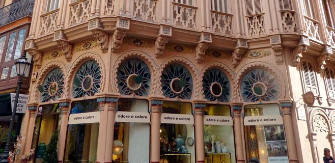 ARCA denuncia la excesiva publicidad de la fachada del edificio Can Corbella