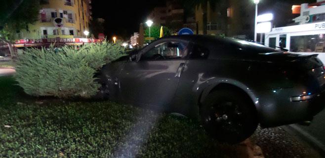 Un conductor que triplicaba la tasa se empotra contra una rotonda en Magaluf