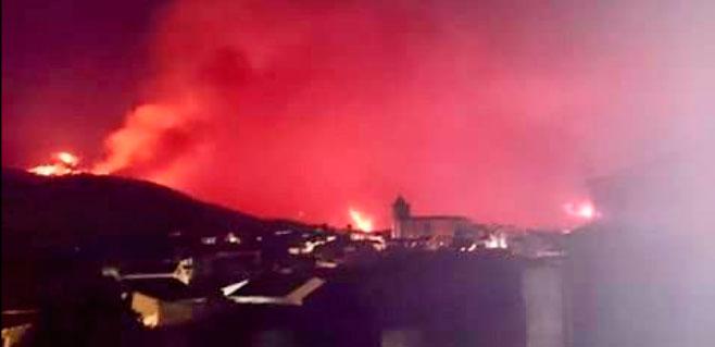 Evacuados 1.400 vecinos por un incendio en Cáceres