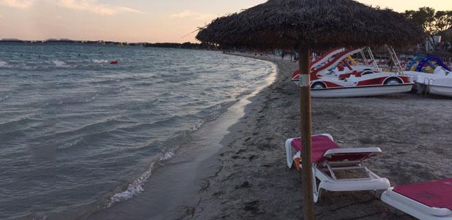 Sombrillas en la orilla