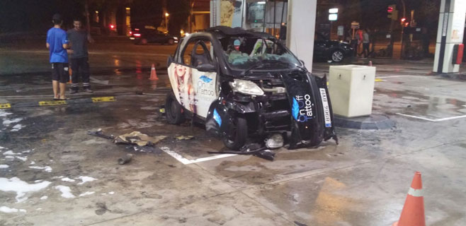 Arde un coche en plena gasolinera
