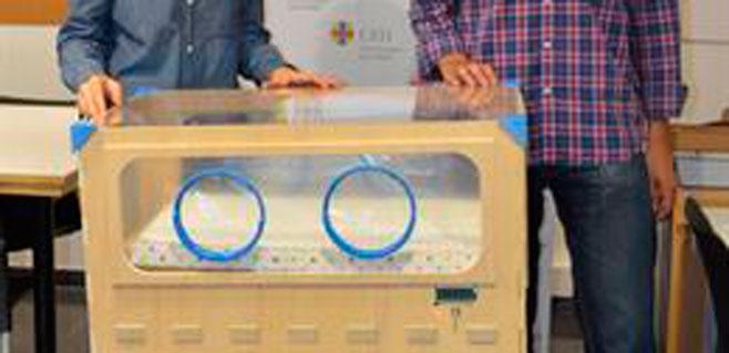 Un joven diseña una incubadora