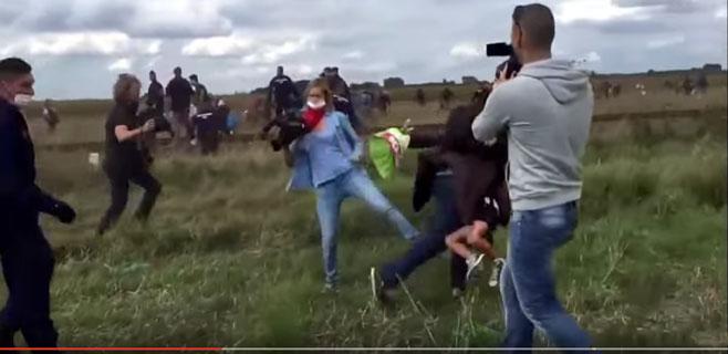 Una periodista húngara patea a los refugiados que huyen de la policía
