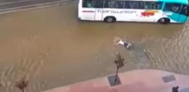 Nadando en plena calle de Magaluf