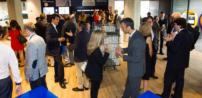 Empresarios y clientes en la inauguraci n de la caixa for Oficinas la caixa zaragoza