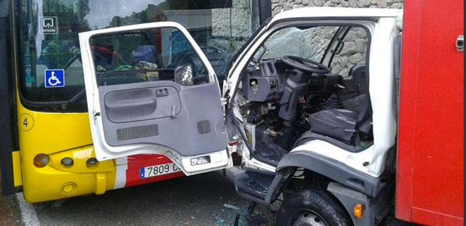 Un herido grave en el choque de un bus y un camión en Valldemossa-Deià