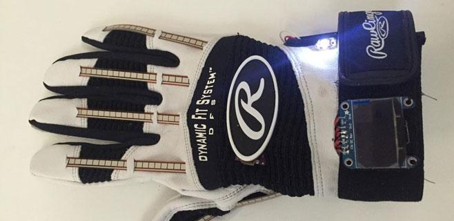 Un guante inteligente traduce el lenguaje de signos a texto y voz