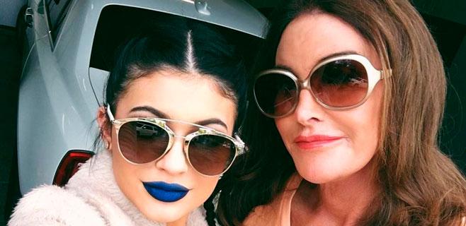 Kylie Jenner se pasa al pintalabios azul