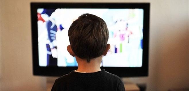 Aumentan las lesiones de cuello en niños por mirar la televisión