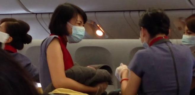 Una mujer da a luz en pleno vuelo