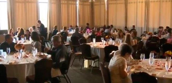 Se cancela una boda y la familia invita a comer a los 'sin techo'