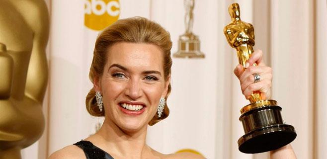 Kate Winslet guarda su Oscar en el baño