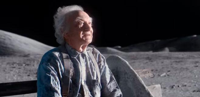 El abuelo que vive solo en la Luna conmueve en Internet