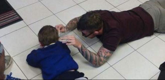 Emoción en la Red con el corte de pelo a un niño autista