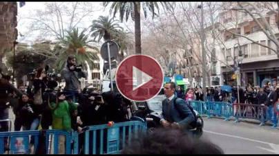 VIDEO Abucheos para Iñaki Urdangarin a su llegada a vistilla en la Audiencia de Palma