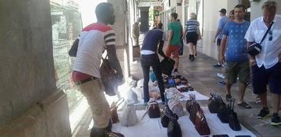 La venta ambulante sigue a tope en pleno Casco Antiguo de Palma