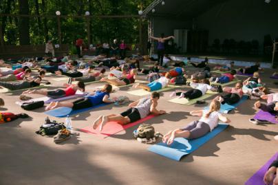 Practicar yoga nudista